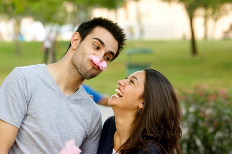 Влюбленная пара, цветок в зубах